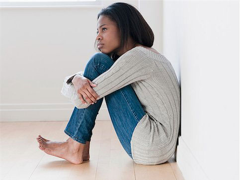 portrait jeune femme assise soucieuse